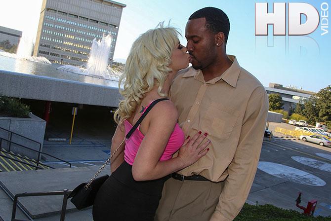 Tara Lynn Foxx kissing black man   Blacks On Blondes
