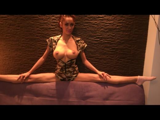 busty flexible camgirl 01FLEXYmelissa topless doing a grand écart
