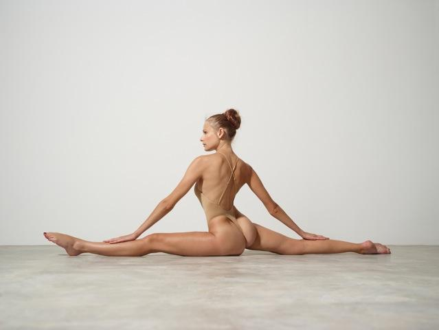 flexible Luba Shumeyko in thong leotard doing a grand écart