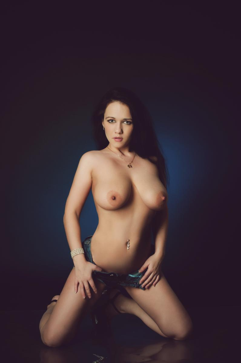 topless KiaraDDD4u from MyFreeCams