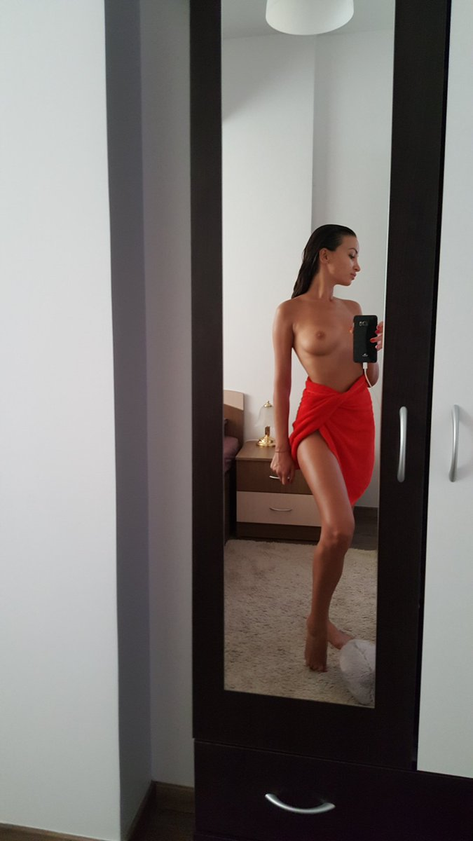 topless mirror selfie by Alyssia Kent