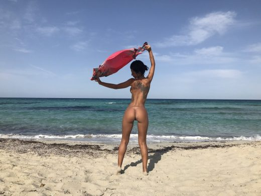 Anisyia shows her naked ass at beach