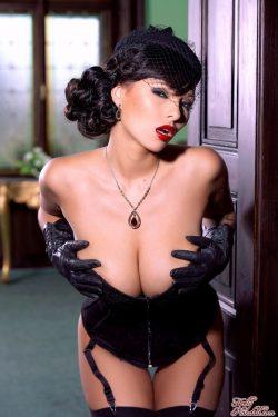 Dominno in corset | HollyRandall