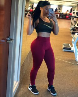 gym selfie by Delicia Cordon in yoga pants