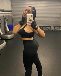 gym selfie byJordyn Woods